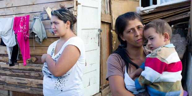 立ち退きの危機にさらされる、ロマの家族。(c)Joshua Gross