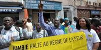 死刑に抗議する、ガンビアの人びと(c)SEYLLOU/AFP/GettyImages