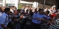 平和的デモ参加者を攻撃するパレスチナの警官(C)ABBAS MOMANI/AFP/GettyImages