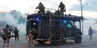 マイケル・ブラウンさんの射殺に抗議するデモを解散させようと催涙ガスを使用する警察(ミズーリ州ファーガソン)(C) epa