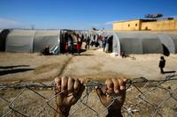 シリア北部の街コバニから逃れ難民キャンプで暮らす少年 © REUTERS/Yannis Behrakis