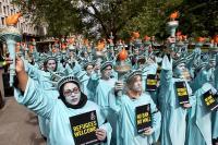 就任100日のトランプ氏に自由の女神100人が抗議