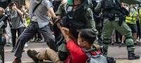 「国歌条例案」に抗議 香港で弾圧の再来か
