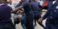 市民の抗議に暴力で応じる警察