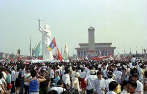 天安門広場に集結し、民主化を求める人びと 1989年6月