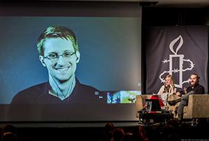 アムネスティ・ロンドン支部による『シチズンフォー スノーデンの暴露』上映会には、ライブ中継でスノーデンさん本人が登場した。