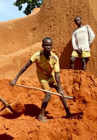 鉱物の採掘現場で働く子ども