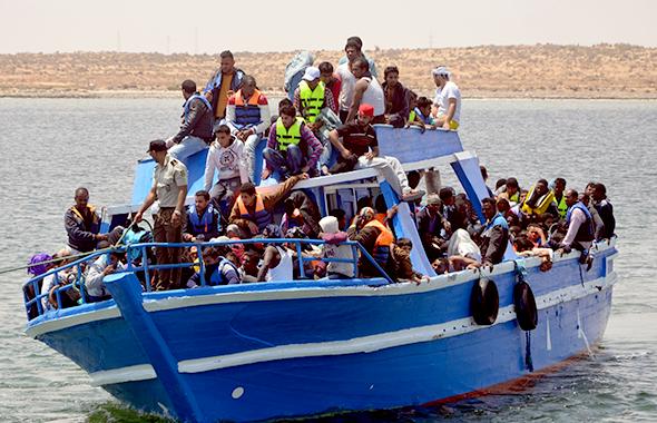 地中海で船が転覆し、命からがらチュニジア政府に救助された移民の人たち