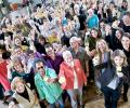 スイス支部で50周年を祝い、乾杯をする様子