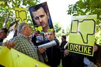 オランダのハーグにあるシリア大使館前で、シリアにおける暴力を止め るよう、アサド大統領に訴える様子