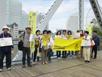 横浜世界大会の思い出の地、インターコンチネンタル・ホテルと 大観覧車を背景に