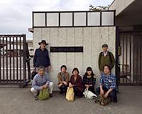 高松刑務所の前にて
