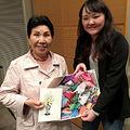 巖さんの姉、ひで子さん。支援者からのカードと折り鶴を手に。