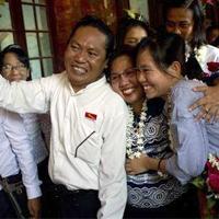 家族と再会を喜び合うピョーピョーアウンさん(写真右)  ©YE AUNG THU/AFP/Getty Images