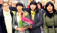 フィンランドで家族に再会した陳真萍さん(左から2番目)