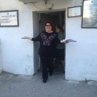 刑務所から出てくるハディージャさん。この2日後、誕生日を迎えました。©Meydan TV