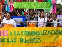 ベレンさんの釈放を求めてデモを行う女性たち
