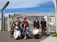 札幌刑務所の前にて
