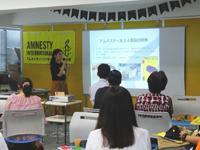 拷問廃止キャンペーンについて報告する活動担当職員・山下瑛梨奈