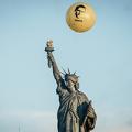 フランスで行ったスノーデンさんの自由を求めるアクション © cyril marcilhacy/Cosmos 元CIA職員