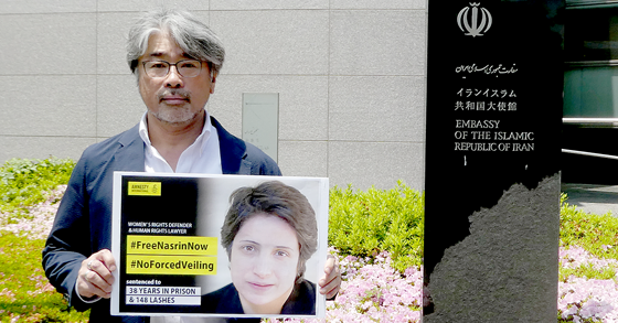 アムネスティ日本の事務局長中川英明。駐日イラン・イスラム共和国大使館前にて