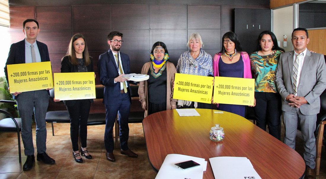 署名「アマゾンの熱帯雨林を守る女性たちを助けて!」集まった署名252,000筆を提出