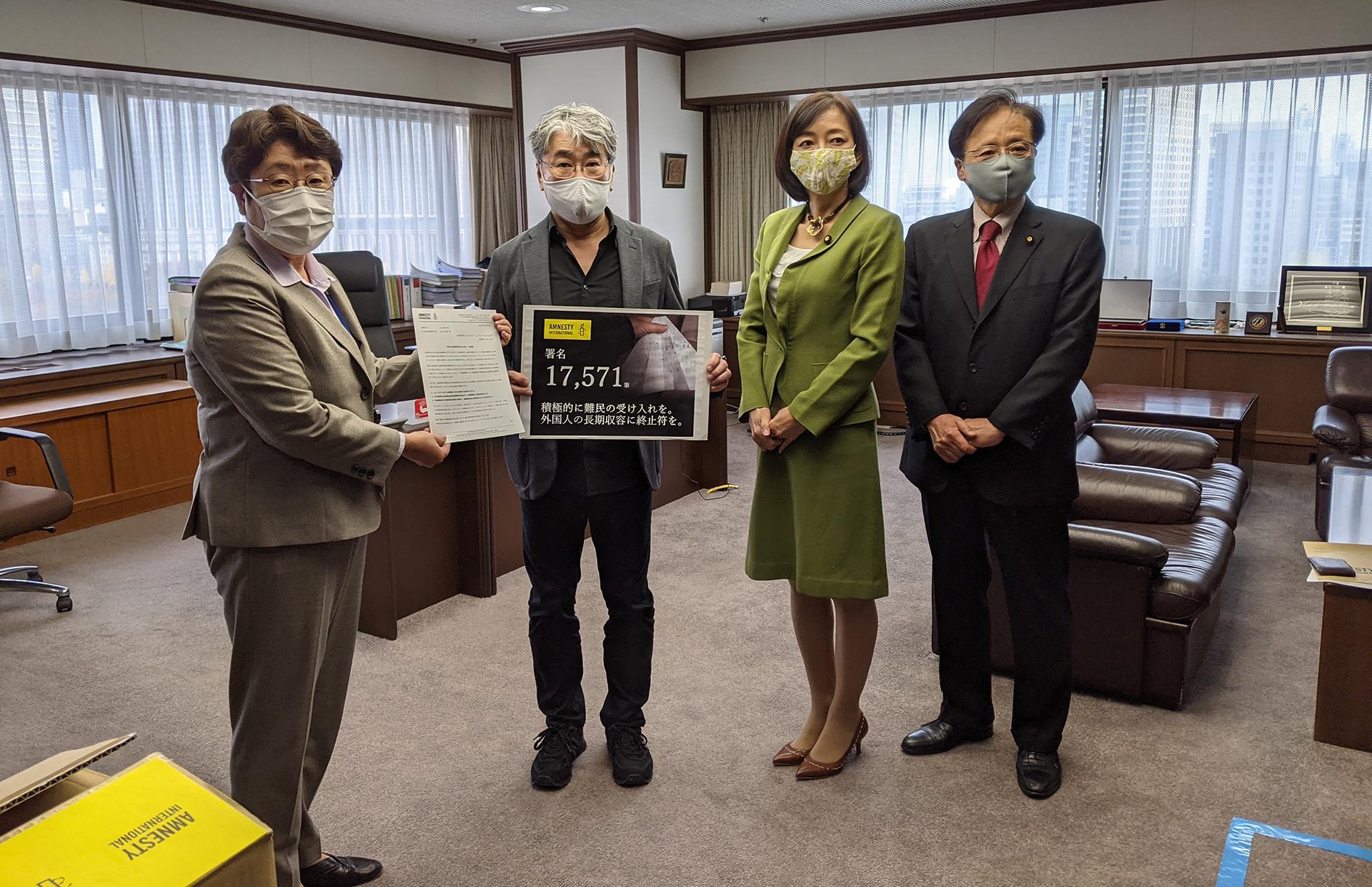 左から:佐々木聖子長官、中川英明事務局長(アムネスティ・インターナショナル日本)、牧山ひろえ議員(アムネスティ議員連盟事務局長)、井上哲士議員