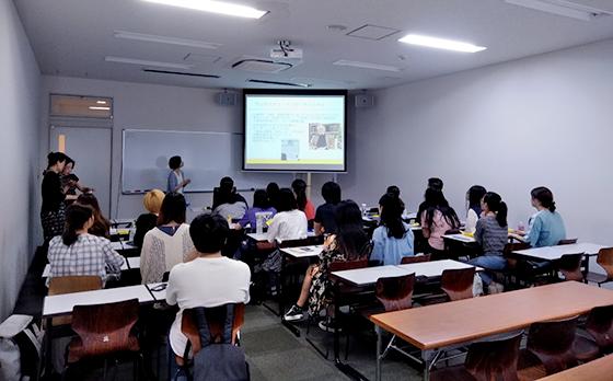 桜美林大学で「児童労働」のワークショップの様子