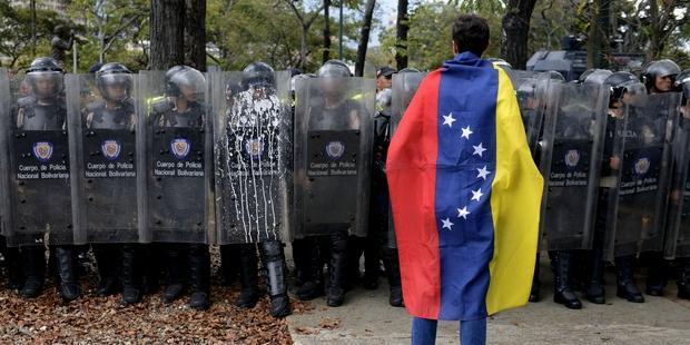 別の衝突で、学生、警官ら3人が亡くなった。(C)LEO RAMIREZ/AFP/Getty Images