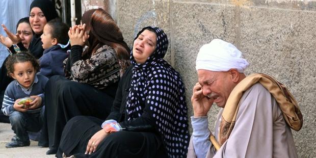 ミニア刑事裁判所の外で死刑判決のニュースを聞き悲嘆にくれる家族 © AFP/Getty Images