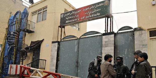 アフガニスタン:議会は石打ち処...