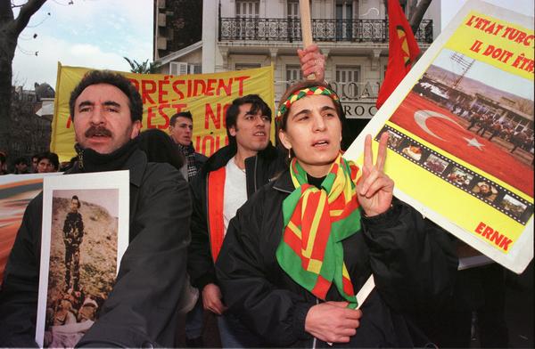 ハンストを行う囚人をサポートするために、パリでデモを行うクルド人(C)AI