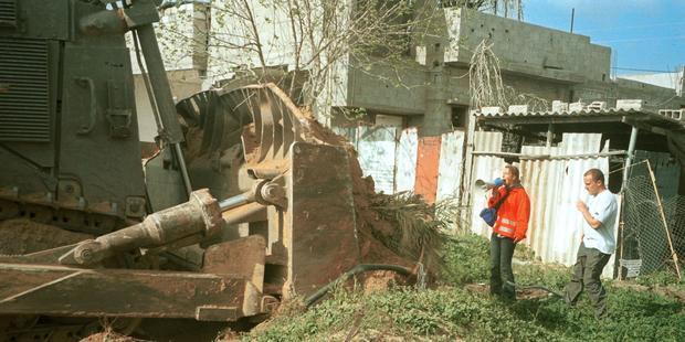 レイチェル・コリーは2003年、軍のブルドーザーからパレスチナ家屋を体を張って守ろうとして轢き殺された。