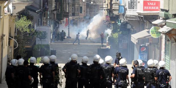 イスタンブールで警察は催涙ガスを不当に使用し、デモ参加者の身の安全を脅かしている © BULENT KILIC/AFP/Getty Images