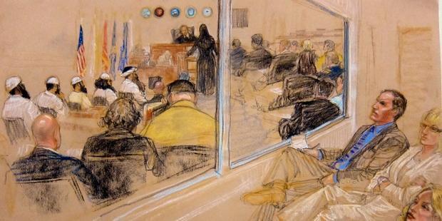 9・11事件の首謀者とされる5人の容疑者に対する予備審問のスケッチ(C)JANET HAMLIN/AFP/GettyImages