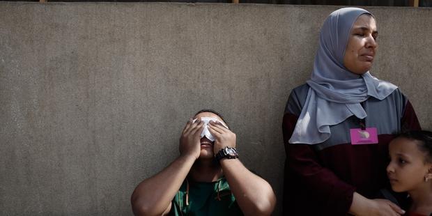 軍共和国防衛隊本部の外で、少なくとも51名の死者が出た  © Ed Giles/Getty Images