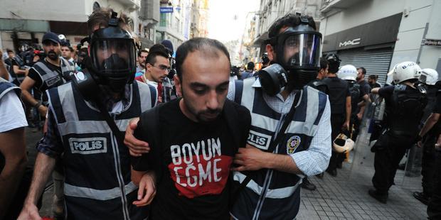 警察は、デモ隊を催涙ガスなどで強制排除し、デモ参加者を拘束(C) Scott Peterson/Getty Images