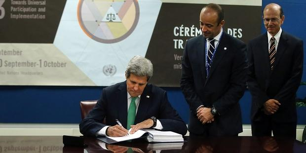 ATTに署名するジョン・ケリー米国務長官(C) Spencer Platt/Getty Images
