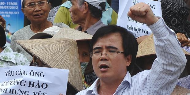 ベトナムで最も著名な反体制派の弁護士が禁錮刑を受けたことに抗議する人びと(C) HOANG DINH NAM/AFP/GettyImage