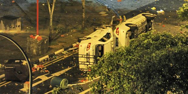 40年ぶりの暴動で車数台が焼かれ、壊された。(C) AFP/Getty Images