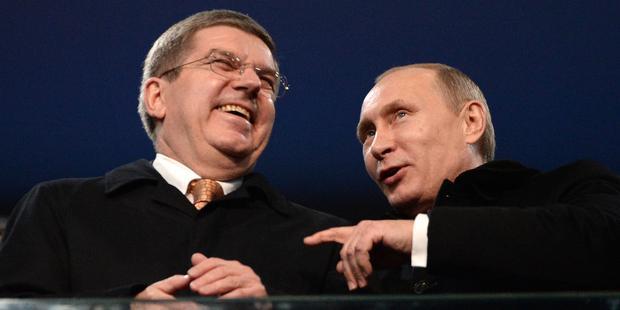 ソチオリンピック開会式で談笑するプーチン大統領とバッハIOC会長(左)。(C)ANDREJ ISAKOVIC/AFP/Getty Images