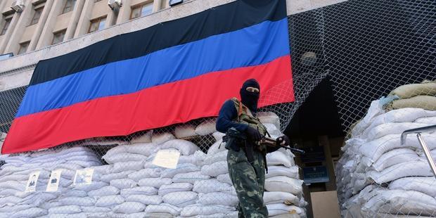 ウクライナ東部のスラビャンスク市では、軍服に身を包み武装した男が、独立派が占拠する行政庁舎の外で見張りに立っていた。(C)KIRILL KUDRYAVTSEV/AFP/Getty Images