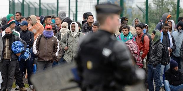 Riot police began to expel around 700 migrants and asylum-seekers from the camps.(C) AFP/Getty Images