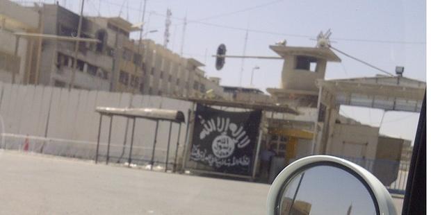 イラク・シリアのイスラム国(ISIS)がモスル市内に立てたジハード(聖戦)の黒い旗 (C)Amnesty International