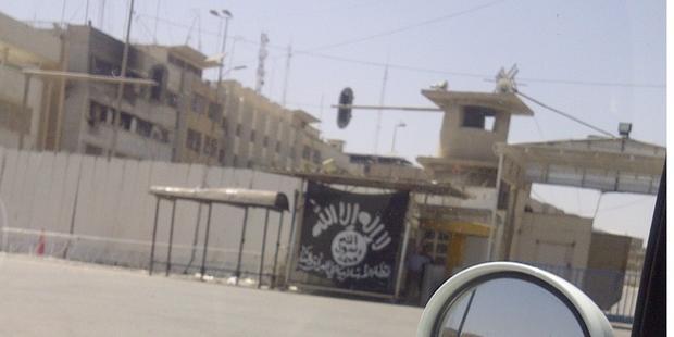 イラク・シリアのイスラム国(ISIS)が立てたジハード(聖戦)の黒い旗(モスル市内)(C)