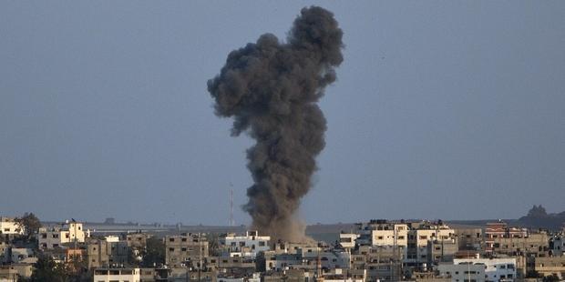 黒煙の上がるガザ市。8月19日、一時停戦は再び破られ、イスラエル軍の攻撃が再開した。(C)AFP/Getty Image