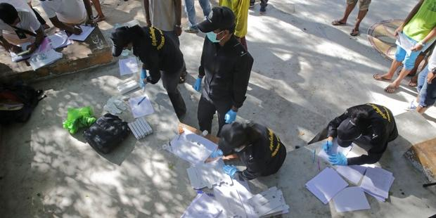 Thai police conduct DNA tests on Koh Tao during the investigation into the murders of Hannah Witheridge and Andrew Miller.(C) AFP/Getty Images