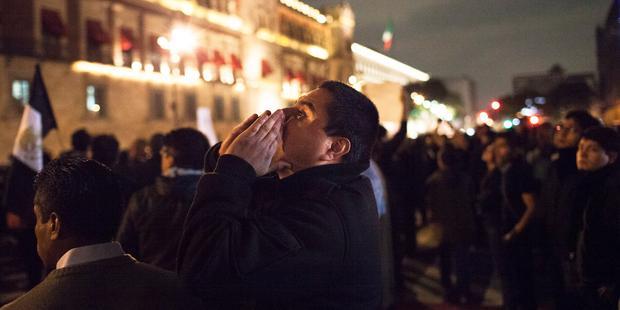 ゲレロ州で43人の学生が失踪したことに対し、抗議する人びと。(C)Brett Gundlock/Getty Images