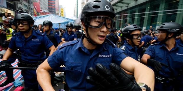 Hong Kong riot police start to clear up Nathan Road occupied by pro-democracy protesters in the Mong Kok district on November 26.(C)Lucas Schifres/Getty Images