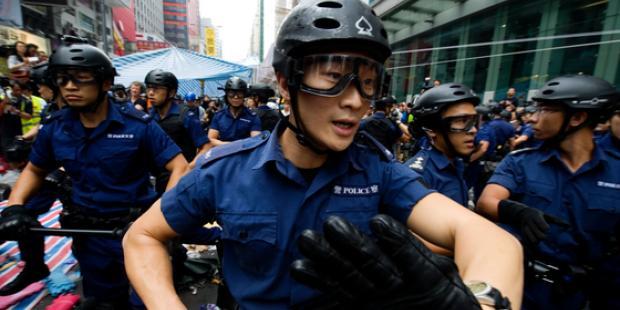 11月26日、香港の機動隊は旺角で彌敦道を占拠する民主派抗議者たちの排除を始めた。(C)Lucas Schifres/Getty Images
